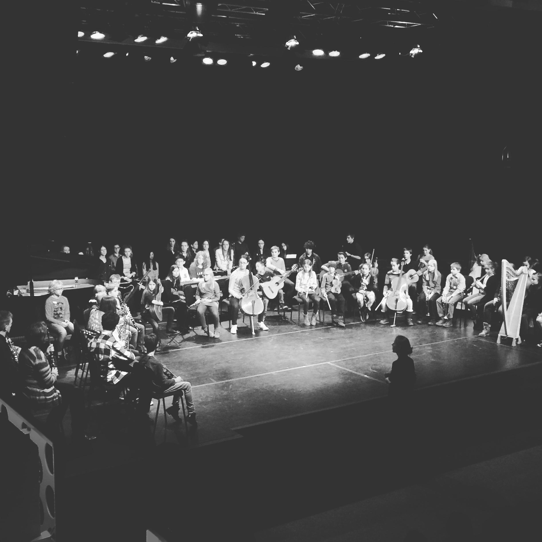 80 leerlingen en 10 docenten spelen hun zelf gecomponeerde stuk